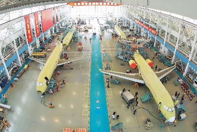 中国商飞总装制造中心大场基地ARJ21总装生产线一片繁忙。张海峰摄