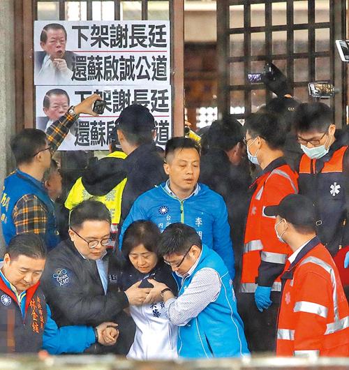 """多位国民党""""立委""""与市议员6日赴台当局""""外交部""""抗议,警卫关起大门阻挡进入,推挤之下""""蓝委""""林奕华(下中)受伤,被护送送医。(图片来源:台湾《中国时报》)"""