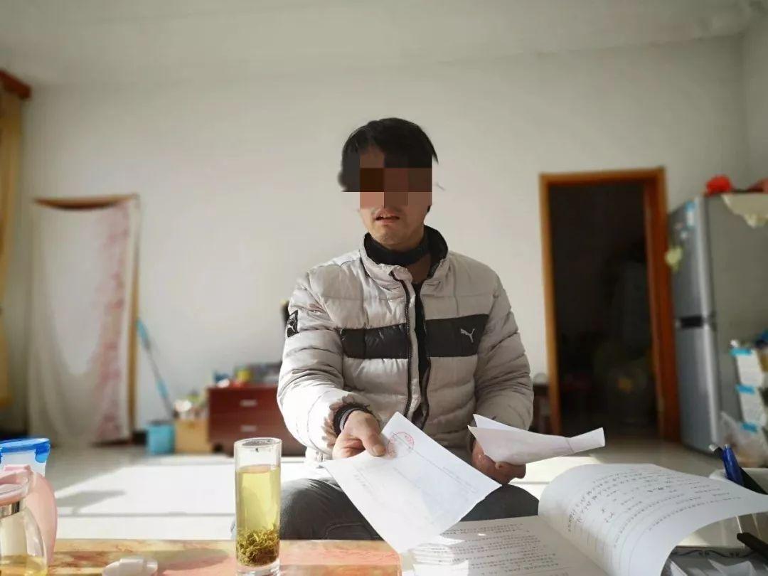 2019年1月26日,张星(化名)在家中给记者展示他的就医资料和职业病诊断书等。新京报记者吴靖 摄