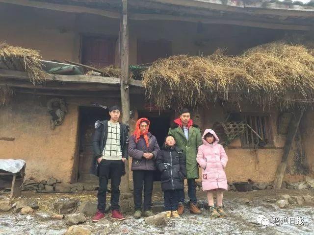 2018年1月12日,王福满(左三)和他的家人在他们的老房子前。新华社记者林碧锋摄