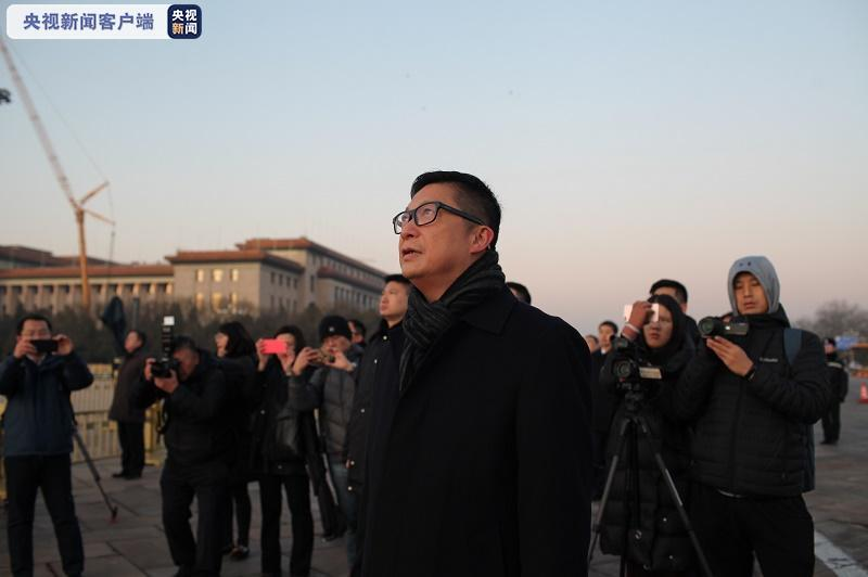 港府警务处处长邓炳强在天安门广场观看升旗仪式