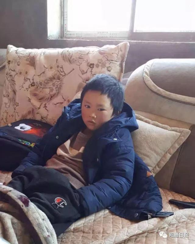 王福满坐在他家新房子里的沙发上。王刚奎供图