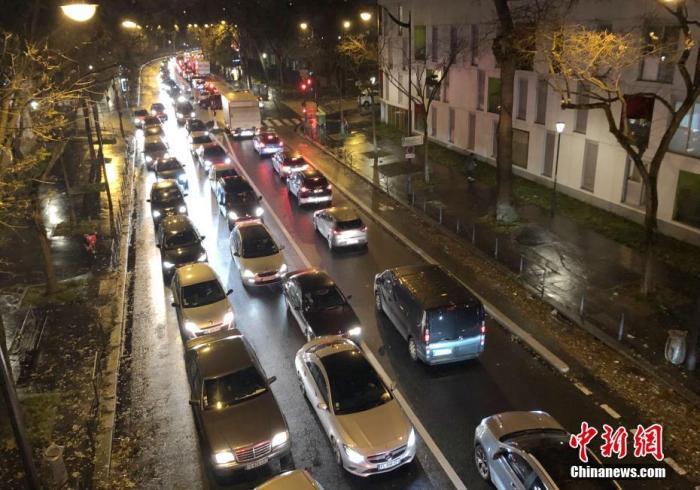当地时间12月6日,法国大罢工持续进行。更多民众选择开车出行,巴黎交通陷入严重拥堵。6日晚,包括巴黎在内的法兰西岛大区堵车长度一度达500公里。中新社记者 李洋 摄