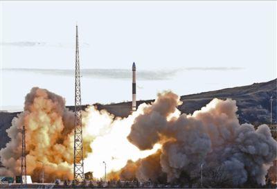 """7日16时52分,我国在太原卫星发射中心用快舟一号甲运载火箭,采用""""一箭六星""""的方式,成功将6颗卫星送入预定轨道。   郑逃逃摄(新华社发)"""