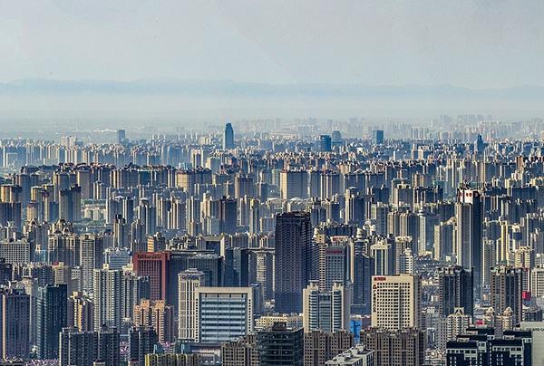 西安东南方向楼市林立。视觉中国 资料