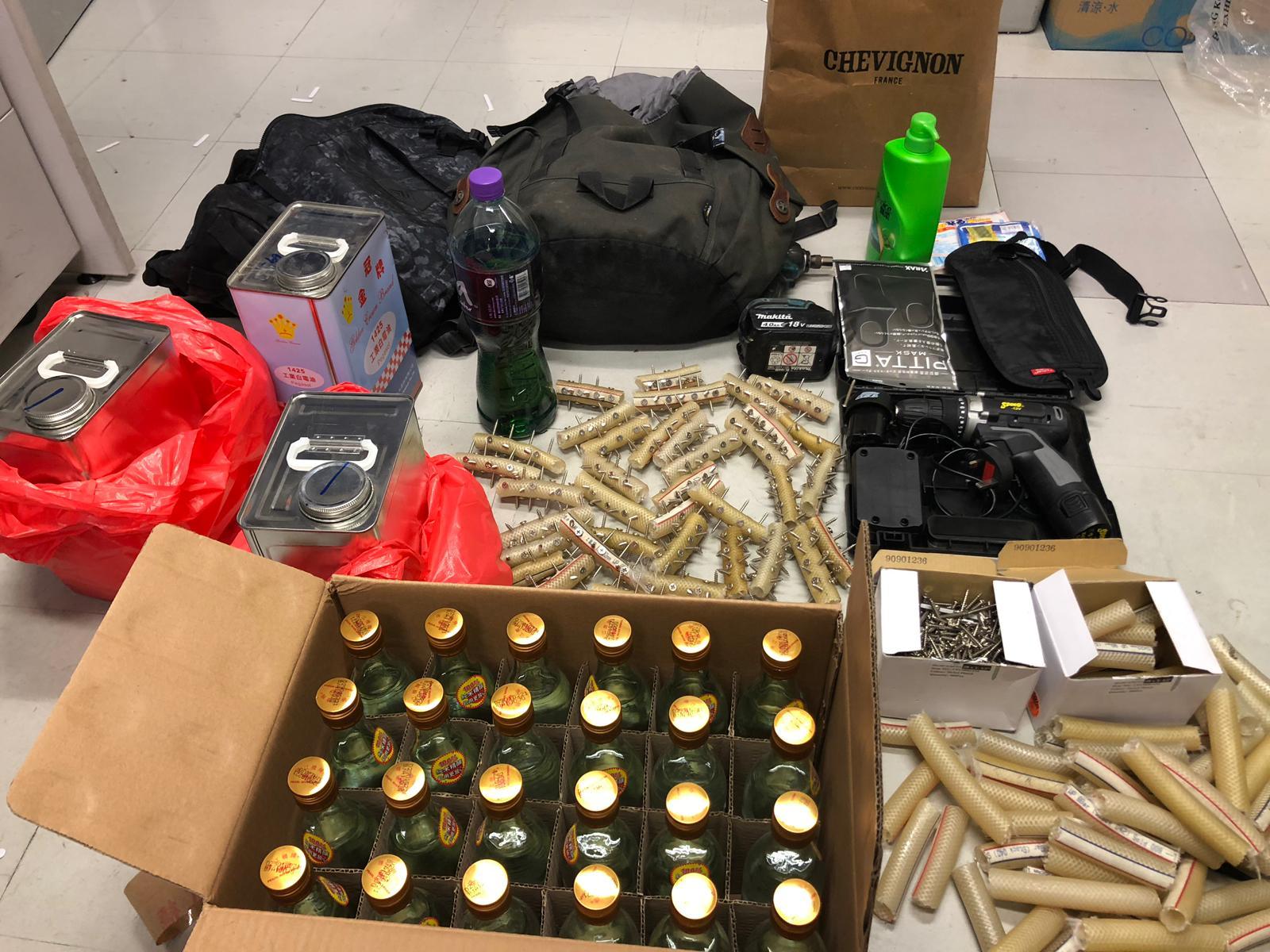 警方在行动中查获的一批攻击性物品。(图源:星岛日报网)