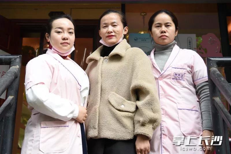 参与救人和帮忙救火的美容院工作人员刘女士(中)、黄女士(左)和阳女士。