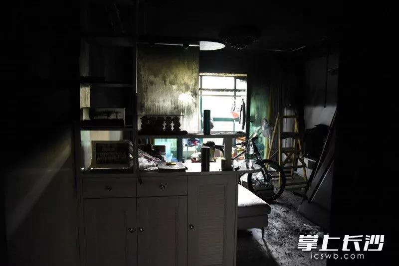大火将家中烧得一片狼藉。