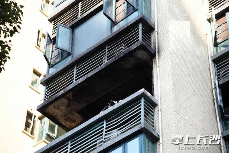 起火房间位于5楼,起火时,滚滚浓烟从阳台处冒出。本文图均为长沙晚报全媒体记者 刘琦 摄