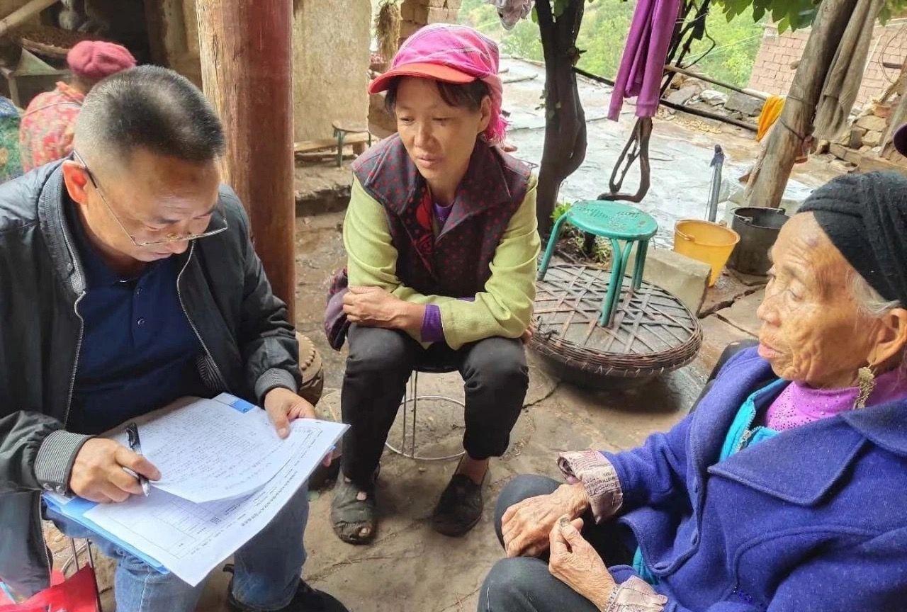 李兴富生前在驻村扶贫点开展工作。 受访者供图