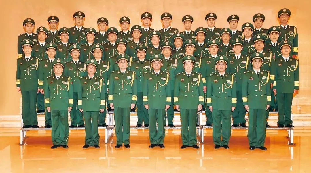 图为武警部队司令员王宁、政委安兆庆等领导与晋升中将、少将警衔的警官合影留念。
