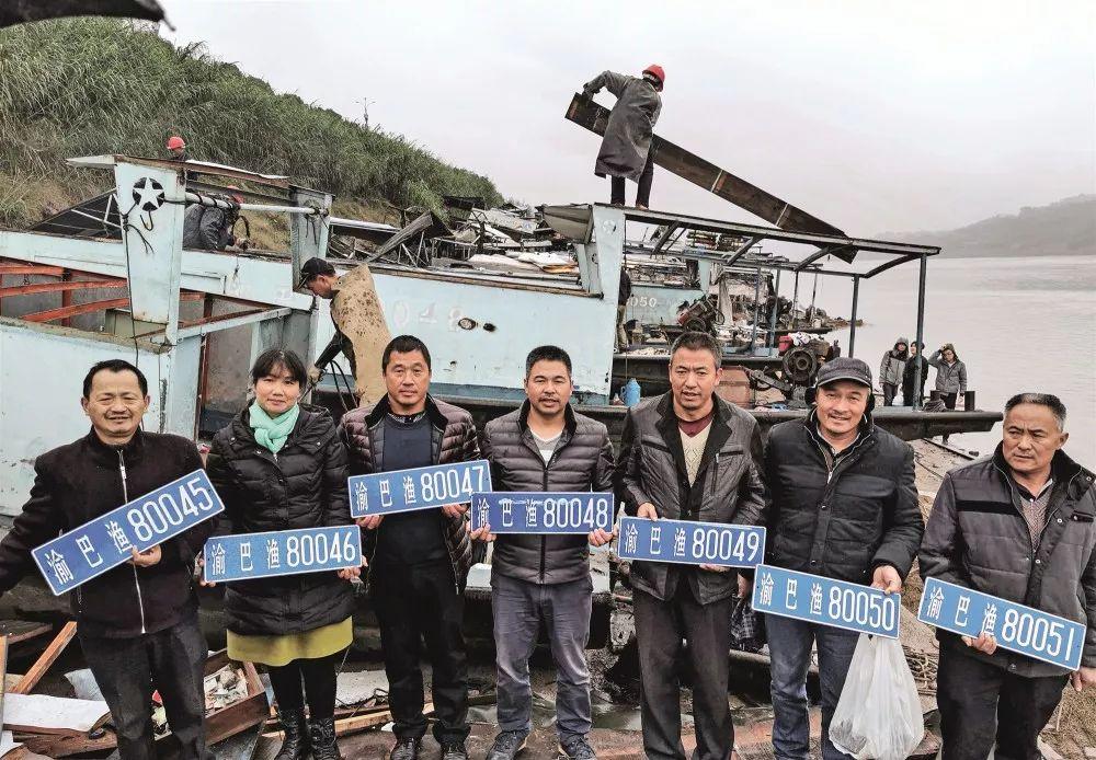 11月26日,随着最后一批打渔船的拆解,重庆主城区最后一批渔民也上岸退捕转产,开始了新的生活。图/视觉中国