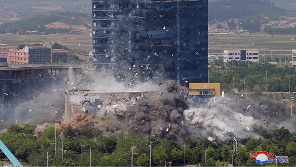 朝鲜炸毁朝韩联络办公室大楼(朝中社)
