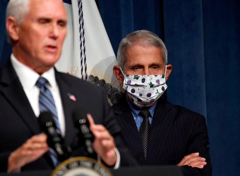 △26日,美国副总统彭斯(左)和顶级传染病专家福奇(右)在疫情简报会上来源:《华盛顿邮报》