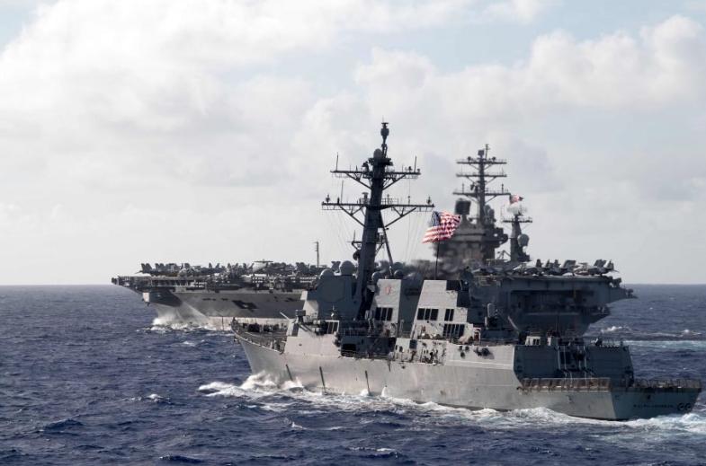"""""""拉尔夫·约翰逊""""号驱逐舰和""""尼米兹""""号航母相符影 图源:美国海军"""