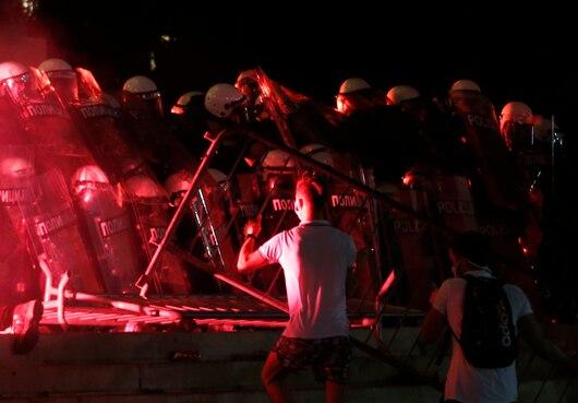 塞尔维亚示威者试图闯入议会。(图:美联社)