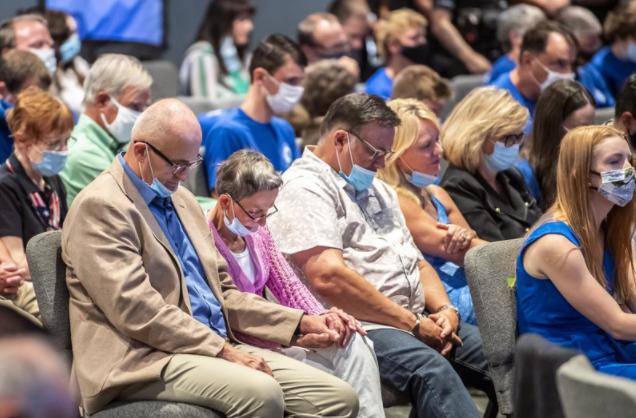 美国副总统彭斯在宾夕法尼亚州匹兹堡市举走竞选集会前,通盘听多举走祈祷仪式,这次集会的主要话题是逆堕胎,与会者均为宾州的福音派教徒(图片来源:美联社)