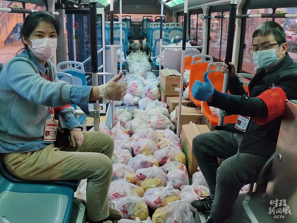 △今年2月24日,武汉某社区网格员和志愿者分袋装好食品套餐,通过公交车运送到居民手里。