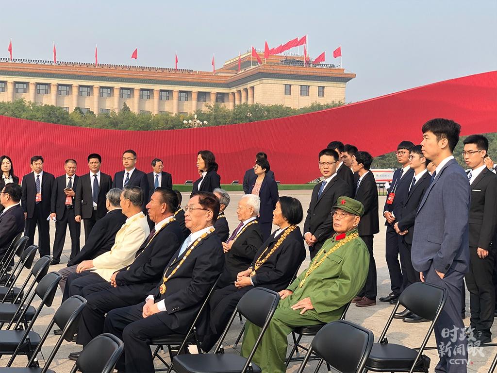 """△去年9月30日,""""共和国勋章""""和国家荣誉称号获得者代表在休息区等待仪式开始。"""