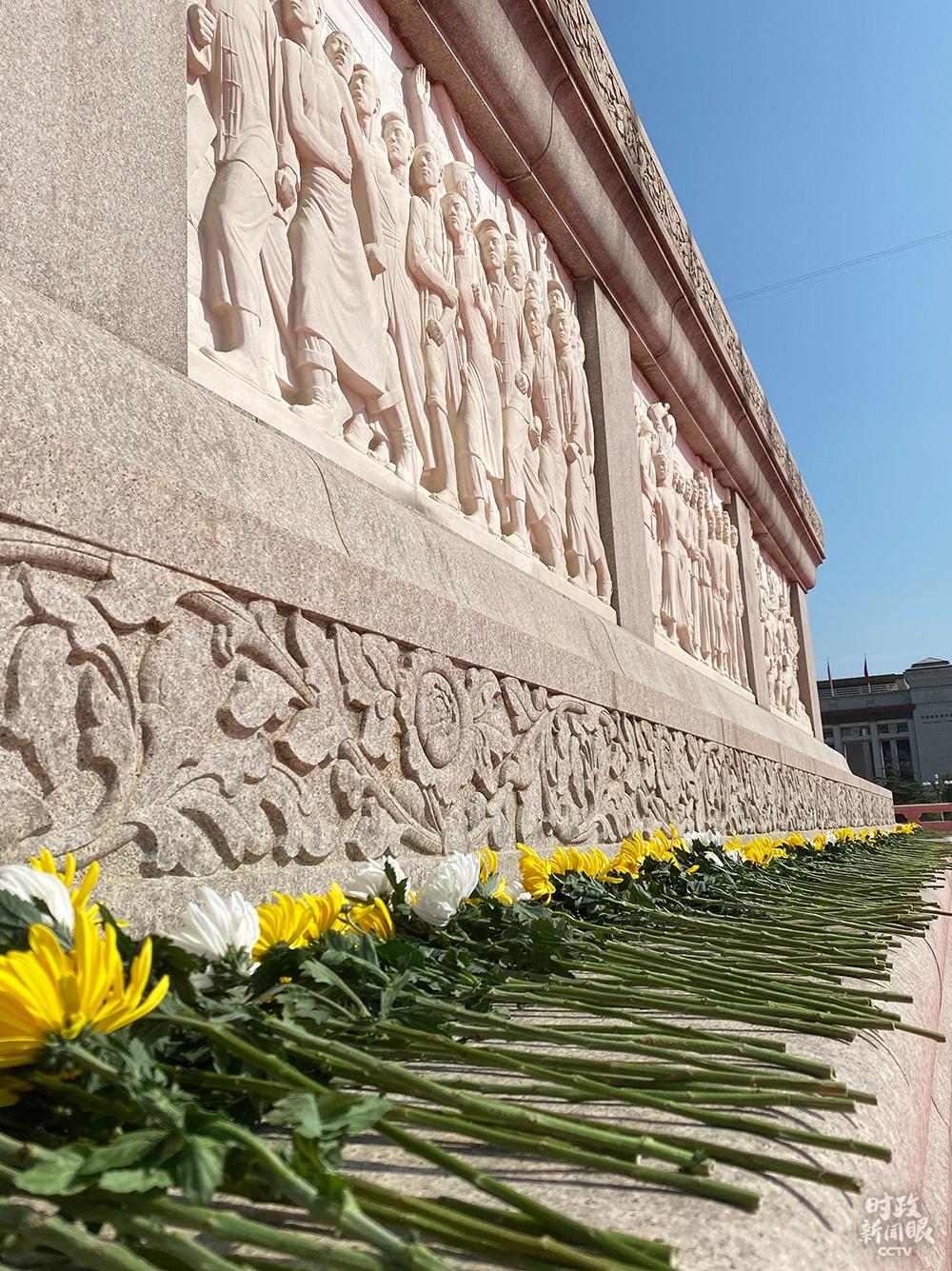 △各界群众代表敬献的鲜花。(总台央视记者罗晓丹拍摄)