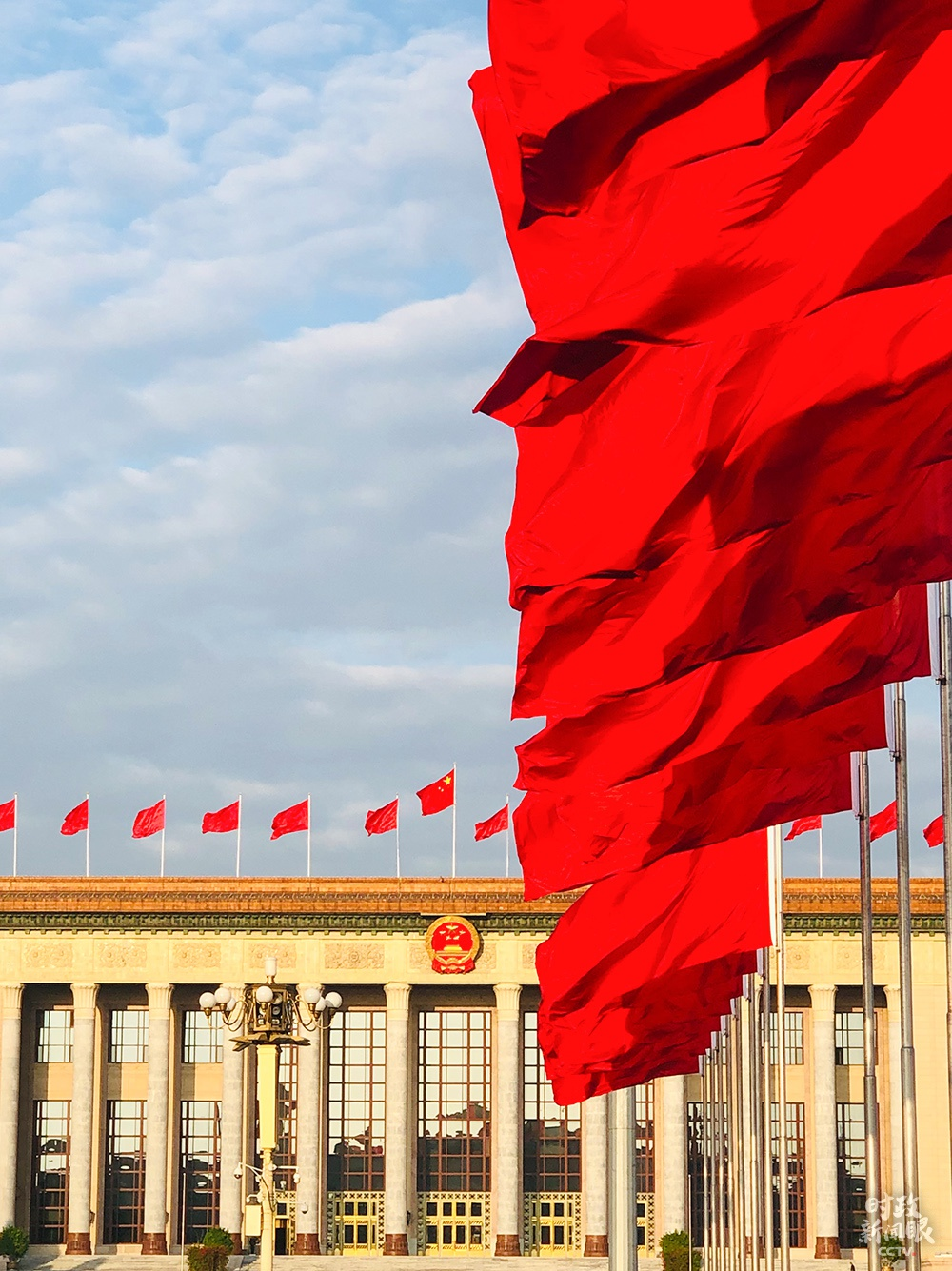 △人民大会堂前,红旗招展(总台央视记者王威拍摄)
