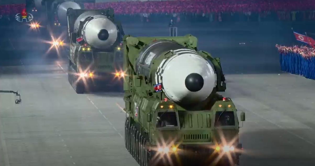 朝鲜展示最新型弹道导弹 比火星15更大(图)