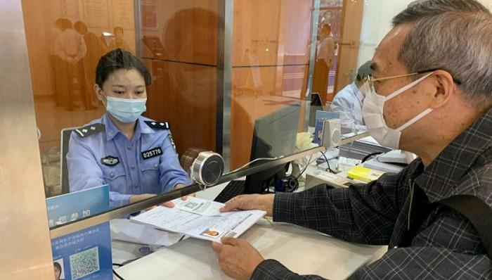 """港澳居民可在内地办理""""回乡证"""" 上海20个出入境办证点均可申请"""
