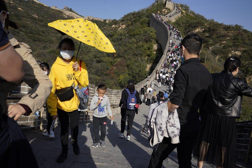 美媒:看看中国万里长城上的游客 啥是疫情?