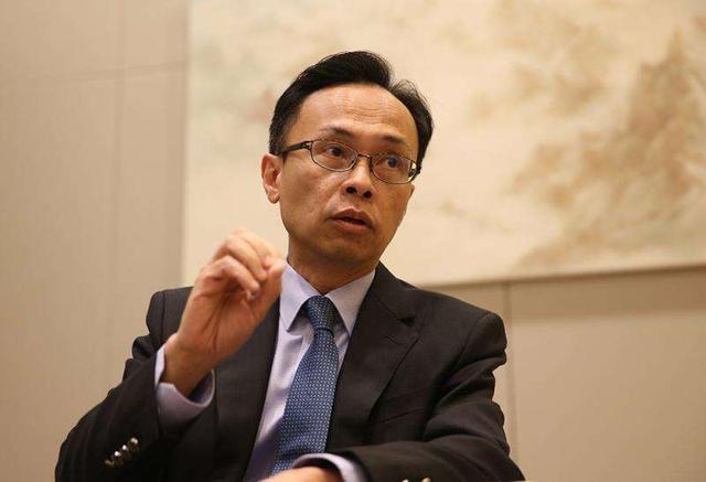 图为香港公务员事务局局长聂德权