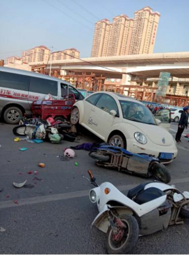 1死4伤!南宁一小车倒车突然失控发生惨烈碰撞