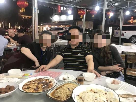 远成公司公众号中张贴了刘鹏在武汉接受异性陪侍的图片