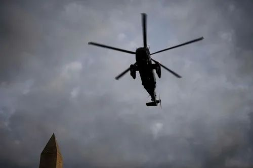10月5日,在美国华盛顿,搭载美国总统特朗普的直升机经过华盛顿纪念碑。新华社记者 刘杰 摄