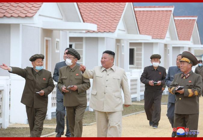 朝鲜最高领导人金正恩视察咸镜南道重建工地
