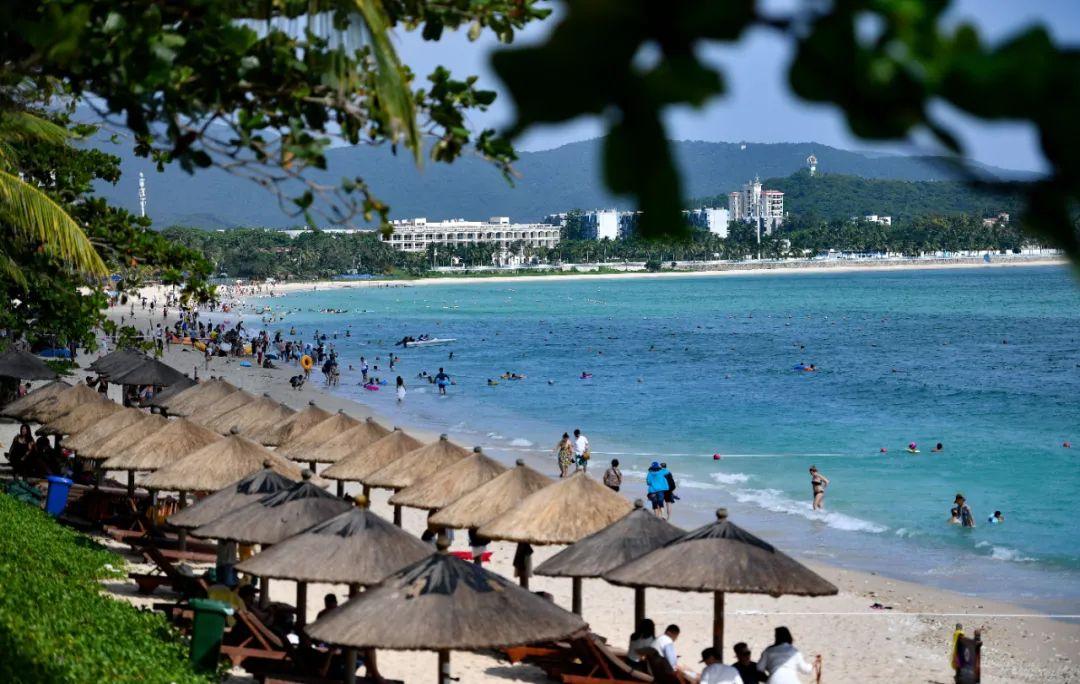 ▲10月6日,游客在三亚市大东海嬉戏。新华社记者 郭程 摄