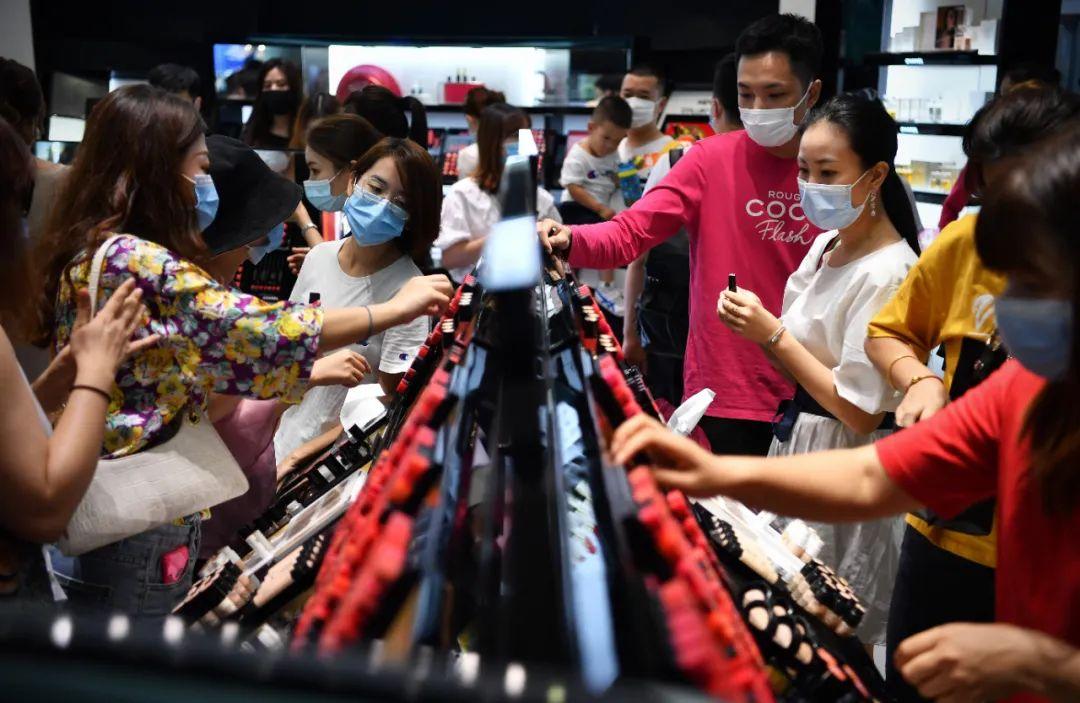 ▲10月5日,游客在三亚国际免税城购物。新华社记者 郭程 摄