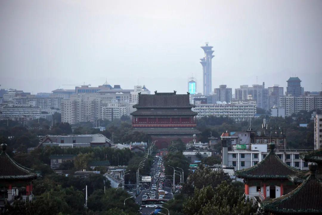 ▲这是9月4日拍摄的北京中轴线上的鼓楼和遥远的玲珑塔及奥林匹克塔。新华社记者 鞠焕宗 摄
