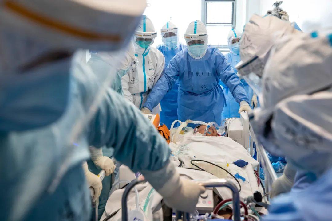 ▲4月12日,北京协调医院医疗队队员与武汉同济医院医务人员共同将别名新冠肺热危重症患者转去武汉同济医院中法新城院区ICU。新华社记者 沈伯韩 摄