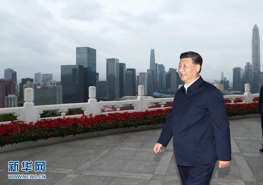 10月14日下午,习近平在莲花山公园远眺特区新貌。图源:新华社