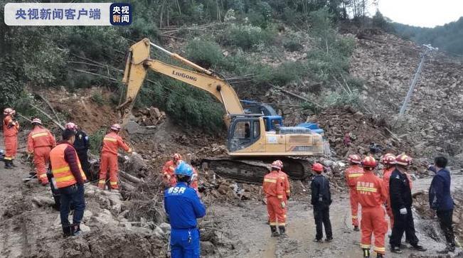 连日降雨致四川宣汉发生大面积山体滑坡 5人被埋