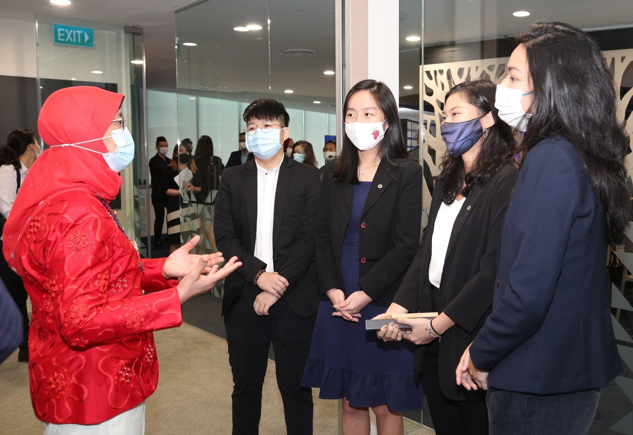 △新加坡总统哈莉玛(左一)在活动现场(图片来源:新加坡总统哈莉玛个人社交账号)