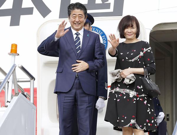 【蜗牛棋牌】菅义伟偕夫人登机进行首次外访 日媒:他俩没牵手(图)