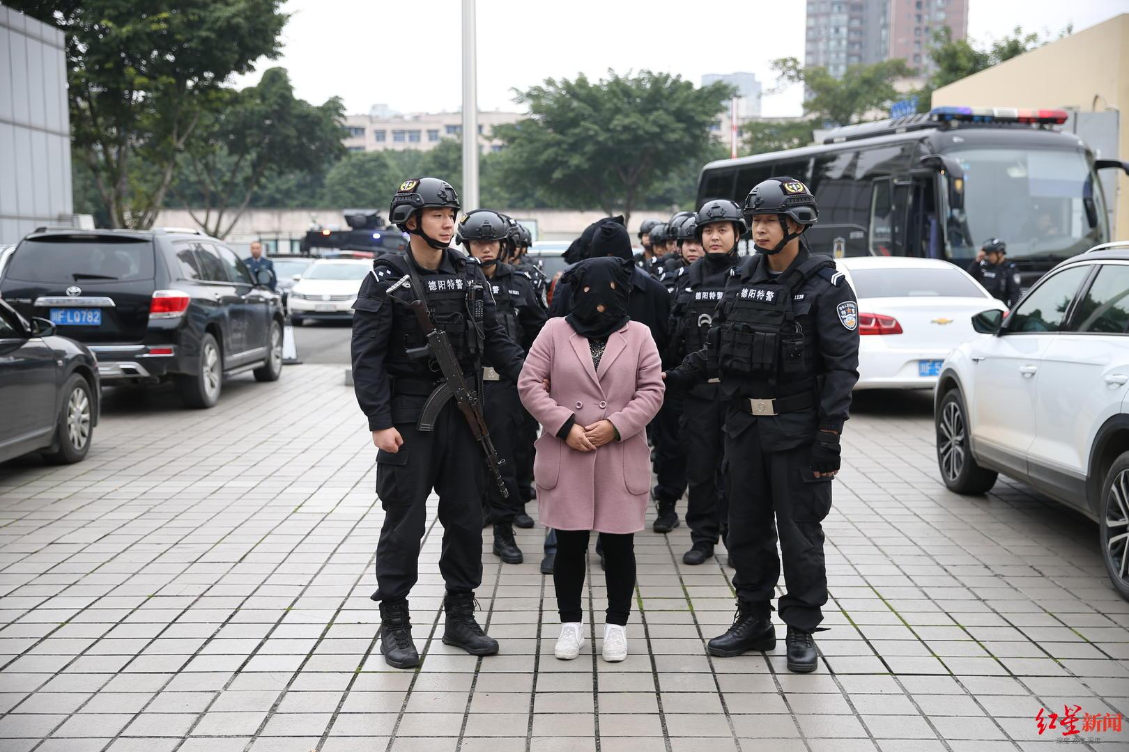 ↑警方抓捕李昌清团伙成员
