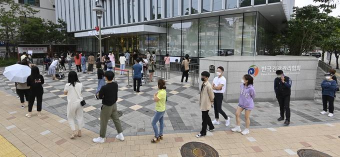 资料图:韩国市民排长队接种流感疫苗