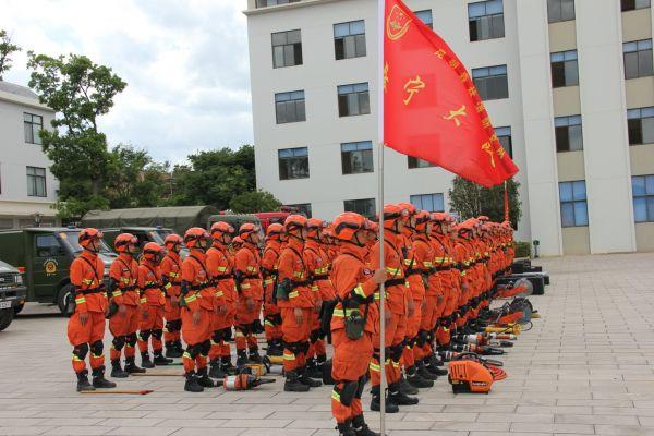 图为云南森林消防总队特勤大队消防队员执行灭火任务