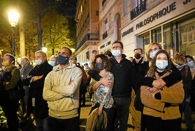 在街头收望直播的法国民多(BFMTV)
