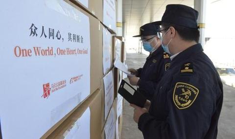 ▲4月11日,中国向蒙古国危险声援的49万只口罩从内蒙古自治区二连浩特公路口岸出境。
