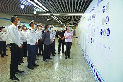 工作人員在介紹地鐵車站消防安全標準化管理工作 /軌道消防供圖