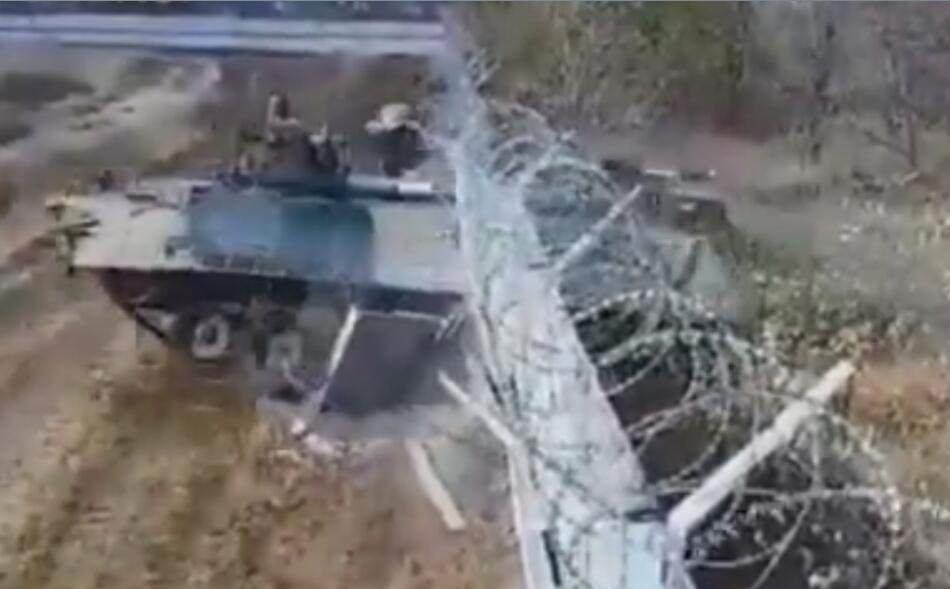 俄士兵被曝醉酒驾驶装甲车闯入机场 直接冲破围墙