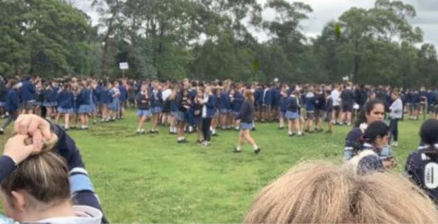 在收到威胁邮件后学生被疏散到附近的公园(图片来源:悉尼先驱晨报)