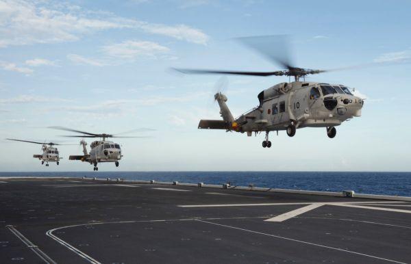 """资料图片:日本海自SH-60K反潜直升机从""""加贺""""号航母上起飞。(美国雅虎新闻网站)"""